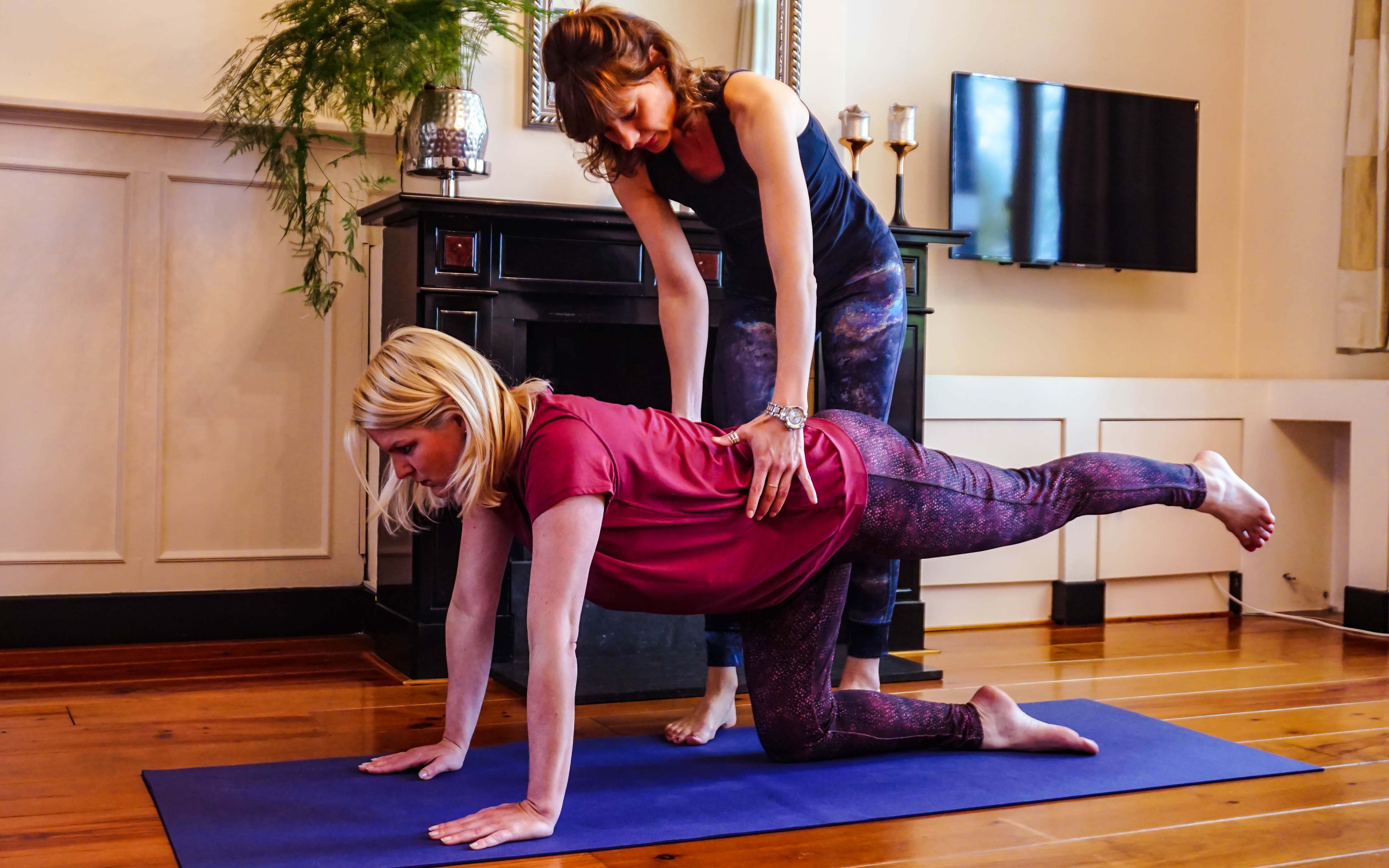 Yogadocent en klant balans houding